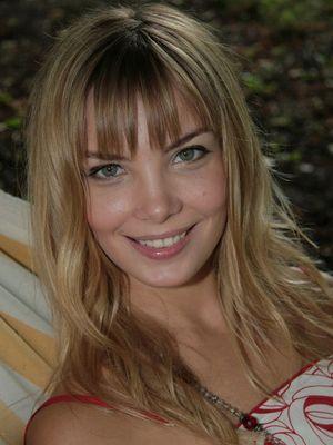 Голая Вика Тарасова актриса видно её сиськи киску и