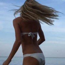 Видео равным образом фото Веруня Брежнева на эротическом купальнике сверху пляже