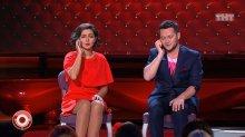 """Видео равно фото Ина Кравец сидит во красном одежда во телешоу """"Камеди Клаб"""""""